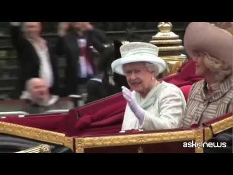 La regina Elisabetta debutta su Twitter, si firma Elizabeth R.