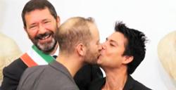 Marino registra 16 nozze gay e sfida Alfano e prefetto