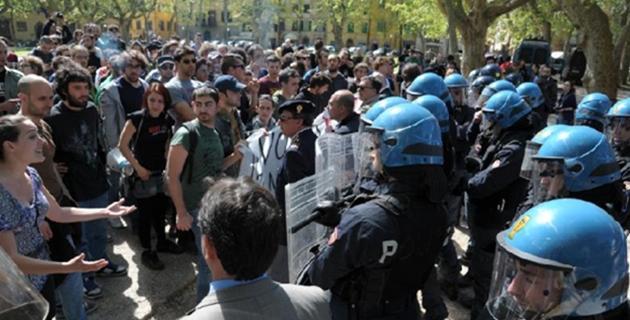 """Scuola, studenti contestano la Giannini. Il coordinamento: """"La polizia ci ha caricato brutalmente"""""""