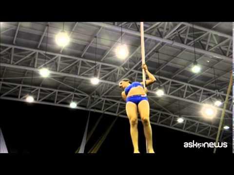 Super acrobazie al campionato di Pole Dance