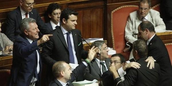 """Senato, scontri tra M5s e Renzi. Lui: """"Non vi votano più"""""""