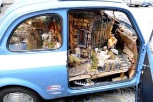 Presepe dentro una Fiat 500, la polizia festeggia il Natale