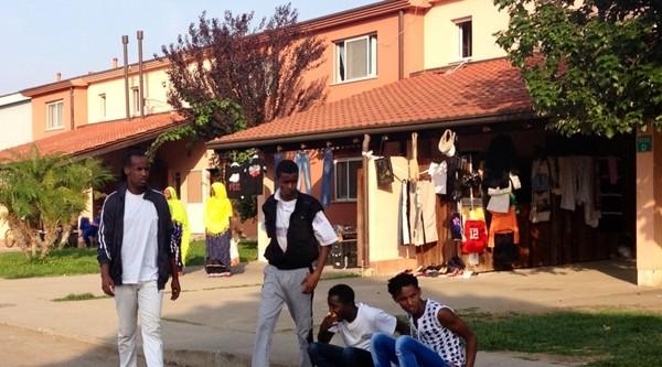 Blitz M5S al Cara di Mineo: immigrati vendono Marlboro per campare