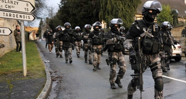 Gli assassini di Charlie Hebdo con ostaggi di un'azienda. Si tratta