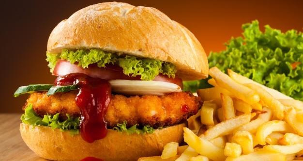 Giappone, dente umano in patatine. McDonald's nella bufera