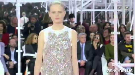 Abiti con stivali fluorescenti, moda primavera Dior  (VIDEO)