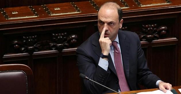 """Pezzi di Ncd si ribellano ad Alfano: """"Subito congressi o lasciamo"""""""
