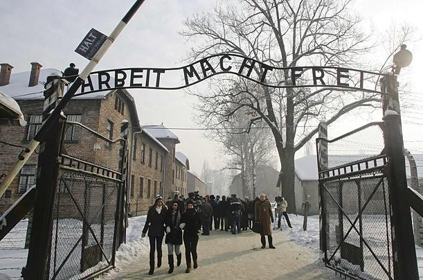 Trecento sopravvissuti tornano a Auschwitz per Giorno Memoria