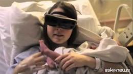 Cieca vede figlio neonato con occhiali speciali (VIDEO)