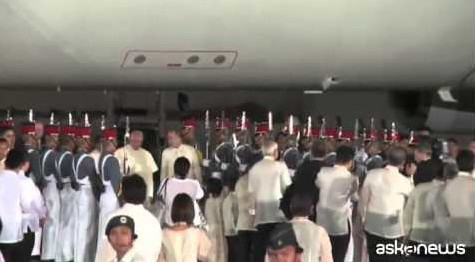 Papa arriva nelle Filippine, visita di 5 giorni (VIDEO)