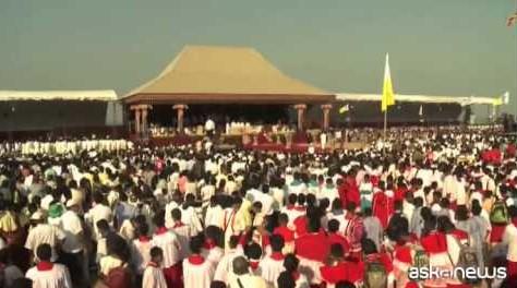 Papa canonizza primo santo in Sri Lanka davanti a 500 mila persone