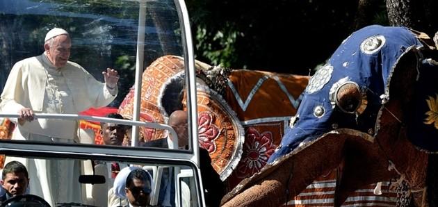 Accoglienza calorosa in Sri Lanka per il Papa, canti e coreografie (I VIDEO)