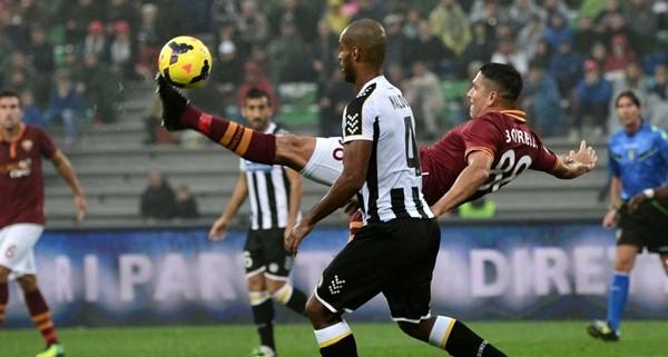 Roma vince a Udine con un gol contestato e aggancia Juve