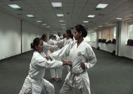 India, polizia femminile si addestra al karate contro gli stupri
