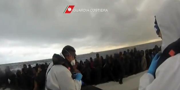 Si rovescia barcone in canale Sicilia, 10 morti e 121 salvati