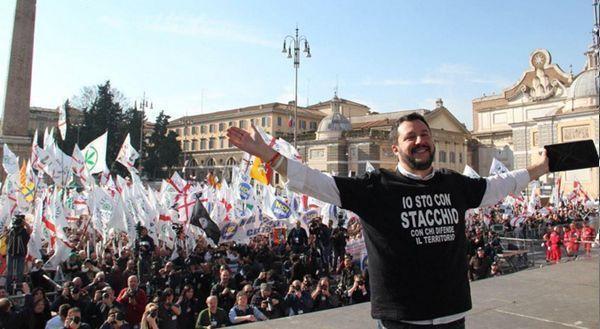 """Salvini senza freni tra vaffa, """"stato strozzino"""" e """"Renzi servo"""" (VIDEO)"""