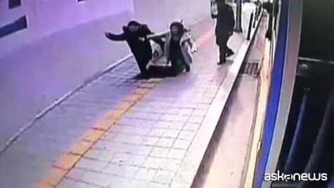 Seoul, voragine inghiotte due passeggeri scesi dal bus (VIDEO)