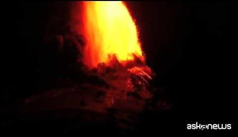 Cile, la spettacolare eruzione del vulcano Villarica