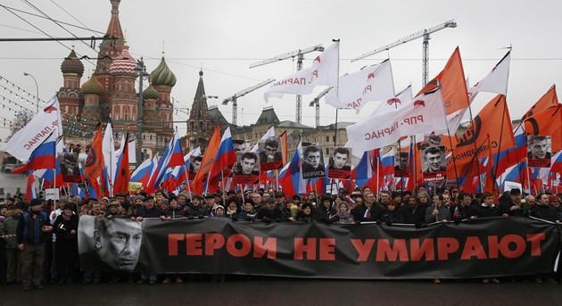 """Mosca, decine di migliaia per marcia """"funebre"""" Nemtsov (VIDEO)"""