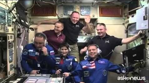 Spazio, @AstroSamantha compie 100 giorni in orbita (VIDEO)