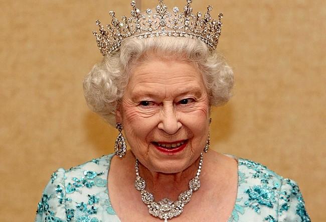 Regina Elisabetta compie 89 anni, due volte bisnonna (VIDEO)
