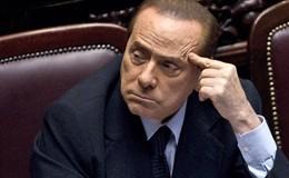 Berlusconi: la magistratura diventata contropotere. Poi inciampa e cade sul palco