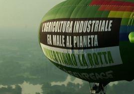 Dirigibile di Greenpeace che sorvola Milano