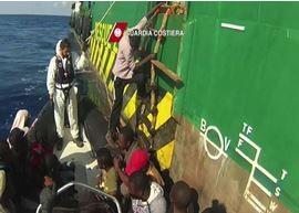 Salvataggio di 108 migranti nel Canale di Sicilia