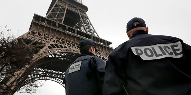 """Attentato in Francia, trovato corpo decapitato e bandiera Isis. Hollande: """"Attacco terroristico, arrestato il presunto colpevole"""""""