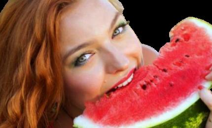 Disseta, nutre e favorisce l'abbronzatura. La frutta meglio del condizionatore