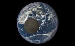 Spazio, la Luna fa capolino col lato oscuro e impalla la Terra