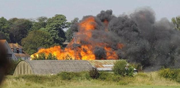 Aereo precipita durante show acrobatico: 7 morti, pilota estratto vivo