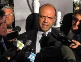 Capri, siparietto tra la ''iena'' Lucci e il ministro Alfano