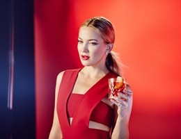 La bionda Kate Hudson protagonista del calendario Campari 2016 (video)