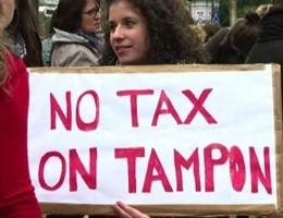 A Parigi donne in piazza contro la tassa sugli assorbenti