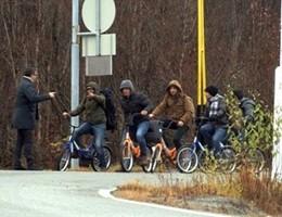 Migranti in bici nell'Artico, al confine tra Russia e Norvegia