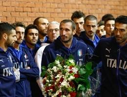 I calciatori azzurri depongono corona per le vittime dell'Heysel
