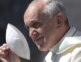 Il Papa compie 79 anni e in Vaticano i fedeli cantano tanti auguri