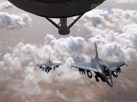 La risposta francese, bombe sulla roccaforte dell'Isis in Siria (video)