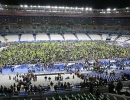 Attacco alla Francia, tifosi lasciano stadio cantando Marsigliese (video)