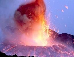Prosegue eruzione Etna, la più forte degli ultimi 20 anni (video)