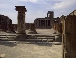 Nuovo crollo a Pompei, cade porzione colonna: chiuso un ingresso