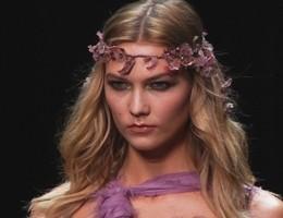 Sensualità e trasparenze, a Parigi sfila Atelier Versace (video)