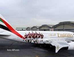 Arriva l'aereo del Milan, immagine dei giocatori sul velivolo