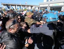 Ministro Boschi contestata a Napoli, tensione con la polizia