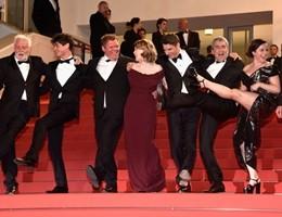 Cannes, divertente Can-can sulla passerella del Festival