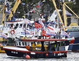 Londra, pescatori navigano sul Tamigi a favore della Brexit