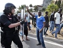 Protestano immigrati, tensione a Ventimiglia. Alcuni raggiungono a nuoto la Francia