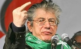 """Bossi chiede servizi sociali per le corna a """"Napolitano terun"""""""