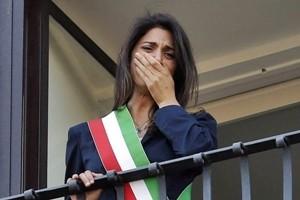 """Rifiuti, la Raggi scivola sul """"frigorifero"""". I social all'attacco della sindaca di Roma"""